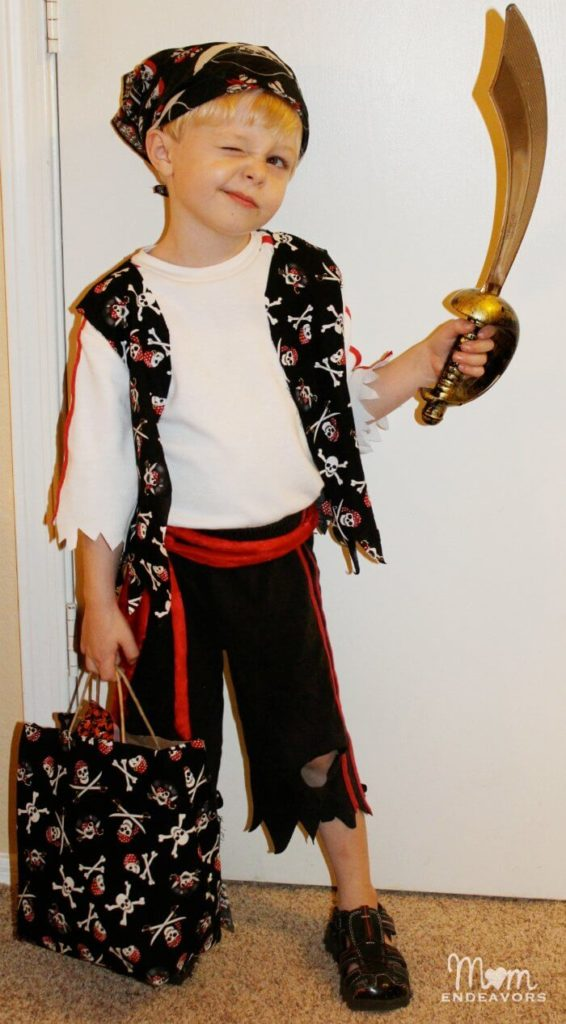 An easy pirate costume for tween boys!