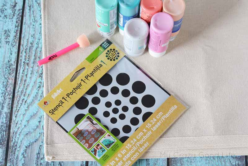 Making these circle stencil placemats could not be easier! Make a set for every holiday, you can even give them as gifts for your friends and family!
