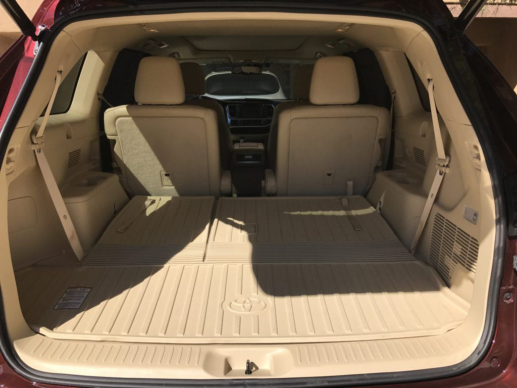The 2016 Toyota Highlander is a roomy and quiet mid-size SUV that your family will love. Come take a look around!