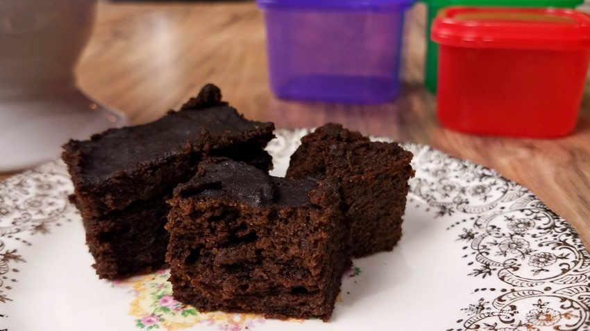 These Instant Pot brownies are super easy and so delicious. These are my favorite healthier Instant Pot dessert! These are a 21 Day Fix treat swap, enjoy!