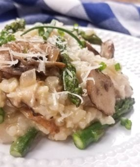 This Instant Pot mushroom risotto is creamy and delicious–the perfect pressure cooker vegetable side dish! 21 Day Fix Mushroom Risotto | Weight Watchers Mushroom Risotto | Pressure Cooker Mushroom Risotto