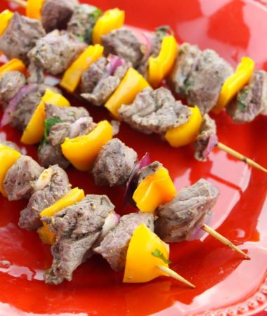These greek kebabs are delicious, healthy, and family approved. We love this healthy beef kebab recipe year round. They're 21 Day Fix & 2B Mindset friendly! Greek Kebabs | Healthy Beef Kebab Recipe | Beef Kebab Grill Recipe | Grilled Kebabs #21DayFix #beachbody #2BMindset #healthyrecipes #21dfx #veggiesmost #beachbodyrecipes #healthydinners #recipes