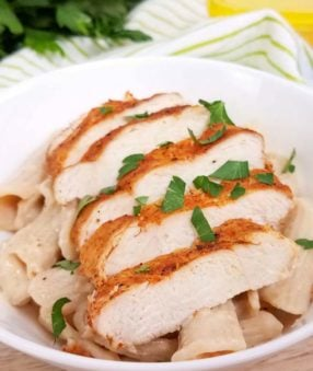 This cajun chicken alfredo is a healthy dinner recipe the whole family will love. It's a spicy take on your favorite chicken alfredo recipe! This healthy alfredo sauce recipe is super versatile so you'll want to keep it on hand for all your pasta dishes!#21dayfix #2bmindset #healthyrecipes #chickenalfredo #dinnerrecipes