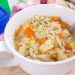 This healthy and easy Chicken Pot Pie soup is easy to whip up in your Instant Pot, slow cooker, or on the stove! This pressure cooker or crockpot soup is the easiest chicken pot pie recipe you'll make! 21 Day Fix Soup | 21 Day Fix Chicken Pot Pie | 2B Mindset Lunch Recipe #21dayfix #healthy #2bmindset