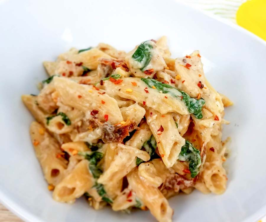 This Weight Watchers Tuscan Chicken Pasta is a delicious and easy weeknight meal! Weight Watchers Crockpot recipes are healthy and yummy! Weight Watchers instant Pot Recipes | Weight Watchers Dinner Recipe | Weight Watchers Freestyle Recipes #ww #weightwatchers #freestyle