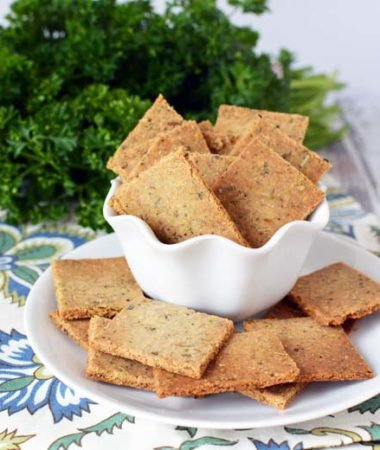 These healthy homemade crackers are a delicious way to avoid prepackaged foods! They're just like Simple Mills almond crackers and are great to use with homemade dips! Healthy Dips | Weight Watchers Crackers | 21 Day Fix Crackers | Healthy Crackers | Use GF ingredients for Homemade Gluten Free Crackers #crackers #healthy