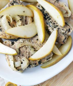 These easy Crockpot Pork Chops with Pears are a delicious family friendly weeknight meal! This healthy slow cooker pork recipe is easy to meal prep and eat all week! If you like Crockpot Pork Chops with Apples, you're going to love this recipe with pears! 21 Day Fix Pork Chops | healthy Crockpot Pork Chops