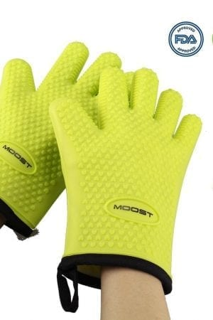 silicone gloves for protecting hands from hot temperatures.